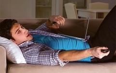 الصورة: الصورة: تصفح الإنترنت أثناء مشاهدة التلفزيون قد يضعف الذاكرة