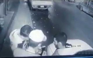 الصورة: الصورة: أردنيان يضربان عامل نظافة مسكين ويسلبانه هاتفه المحمول