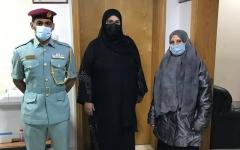 الصورة: الصورة: شرطة عجمان تعيد سيدة مسنة عربية دخلت الدولة بالخطأ إلى عائلتها