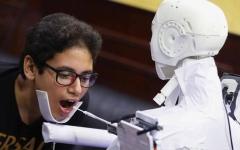 الصورة: الصورة: مهندس مصري يخترع روبوتاً يمكنه إجراء اختبارات كورونا