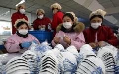 الصورة: الصورة: توصيات جديدة من الصحة العالمية بشأن ارتداء الكمامات