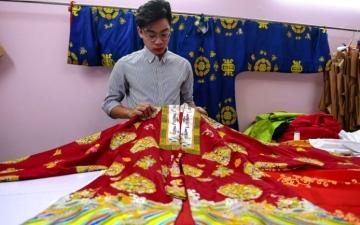 الصورة: الصورة: مصمم يقدم ملابس من الحقبة الإمبراطورية لفيتنام