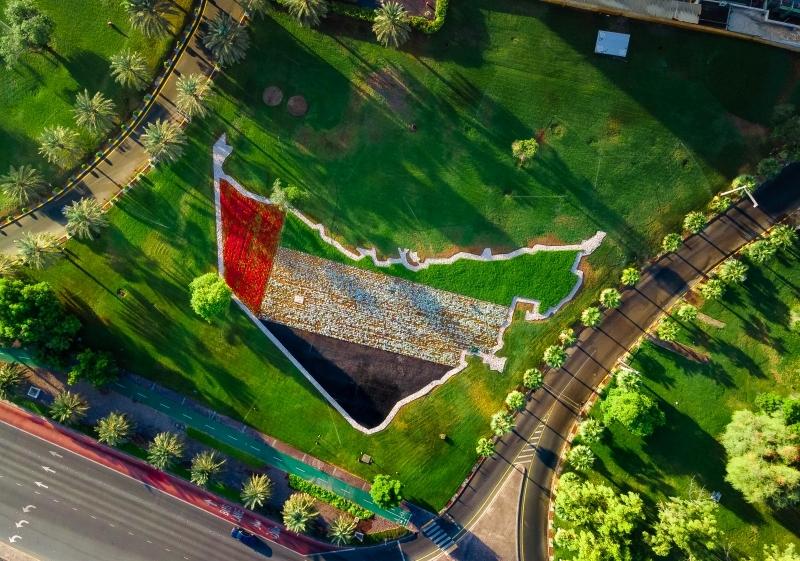 الصورة : تزيين واجهة خضراء في أبوظبي بخريطة دولة الإمارات احتفالًا باليوم الوطني   البيان