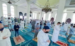 الصورة: الصورة: مساجد الإمارات تعمر بالمصلين بأول «جمعة» منذ 8 أشهر