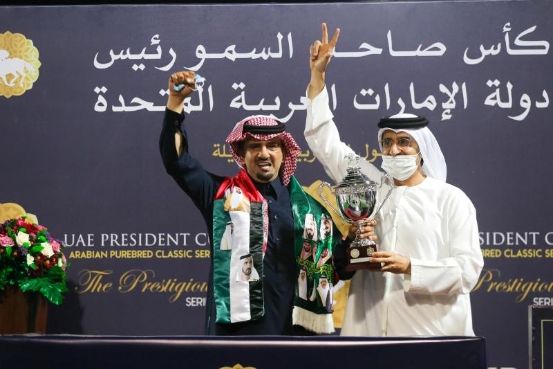 الصورة : فيصل الرحماني يُسلم الكأس إلى سعد القحطاني   من المصدر