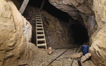 الصورة: الصورة: أصحاب الحظ العاثر.. دخلوا لينقبوا عن الذهب فعلقوا داخل المنجم