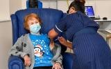 الصورة: الصورة: تسعينية بريطانية أول شخص يتلقى لقاح كورونا المعتمد من شركة فايزر