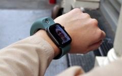 الصورة: الصورة: جهاز جديد يحول ساعات آبل إلى شاشة للمحادثة عبر الفيديو