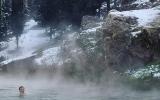 الصورة: الصورة: شاهد.. السباحة في بحيرة من المياه الساخنة تحيط بها الثلوج في بلد عربي