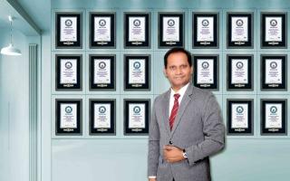 الصورة: الصورة: هندي مقيم في الإمارات يحقق أكبر عدد من أرقام «غينيس» القياسية