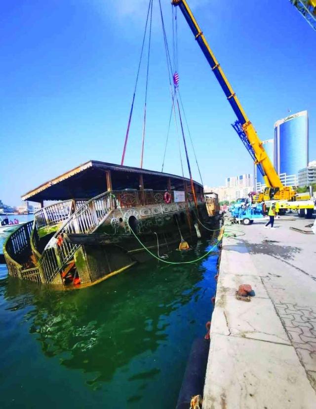 بلدية دبي تزيل 17 قارباً مهملاً