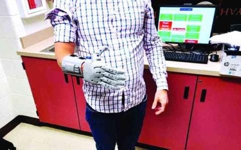 الصورة: الصورة: طلاب أمريكيون ينتجون أطرافاً اصطناعية ويوزعونها مجاناً