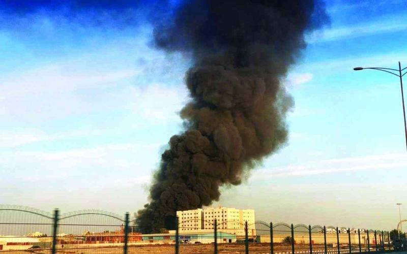 الصورة: الصورة: السيطرة على حريق  في «صناعية الشارقة» دون إصابات