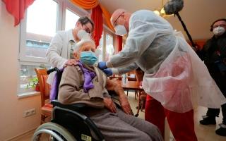 الصورة: الصورة: عجوز عمرها 101 سنة أول من تلقى لقاح كورونا في ألمانيا