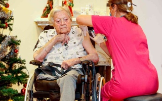 الصورة: الصورة: أول سويدية تحصل على لقاح كورونا عمرها 91 عاماً