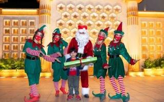الصورة: الصورة: «بابا نويل» يحقق أمنيات 25 طفلاً في القرية العالمية
