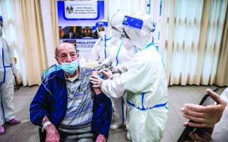 الصورة: الصورة: أول متلقي اللقاح في الدول الأوروبية.. هذه انطباعاتهم