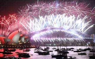 الصورة: الصورة: ألعاب نارية بلا جمهور بمناسبة رأس السنة في سيدني