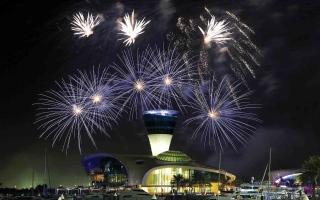 الصورة: الصورة: جزيرة ياس تكتسي بالأضواء احتفالاً بالسنة الجديدة