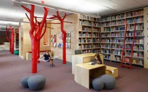 الصورة: الصورة: مكتبة مبتكرة تشجع الأطفال على القراءة