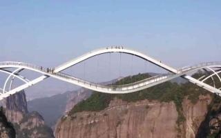 الصورة: الصورة: بالفيديو.. أعجوبة جديدة.. الصين تفتتح جسراً معلقاً من طابقين