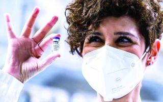 الصورة: الصورة: الابتسامة من تحت الكمّامة اللقاحات تفتح نافذة الأمل للبشرية