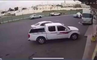 """الصورة: الصورة: (فيديو) تصادم غريب.. """"لكزس"""" تعانق """"كامري"""" في مكة"""