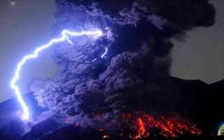 الصورة: الصورة: شاهد..ثوران بركان جبل أوتاكي في اليابان