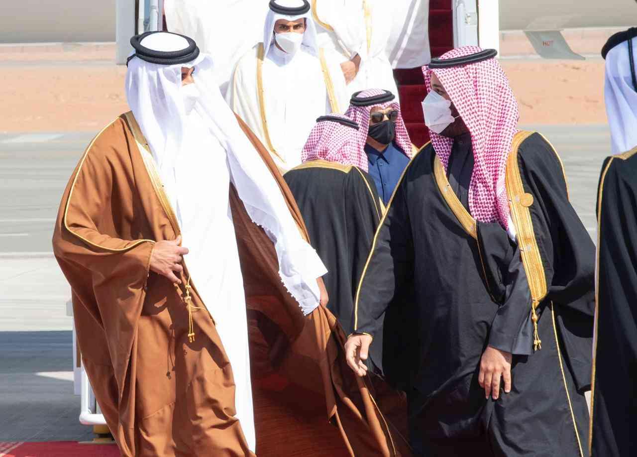 الصورة : ولي العهد السعودي يستقبل أمير دولة قطر لدى وصوله العلا