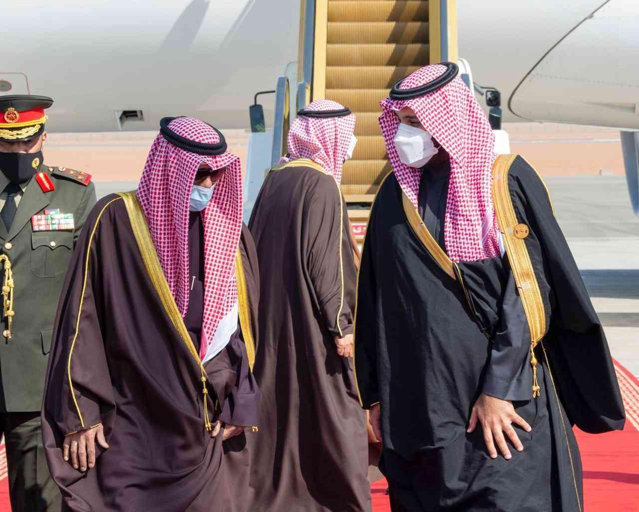 الصورة : ولي العهد السعودي يستقبل أمير دولة الكويت لدى وصوله العلا