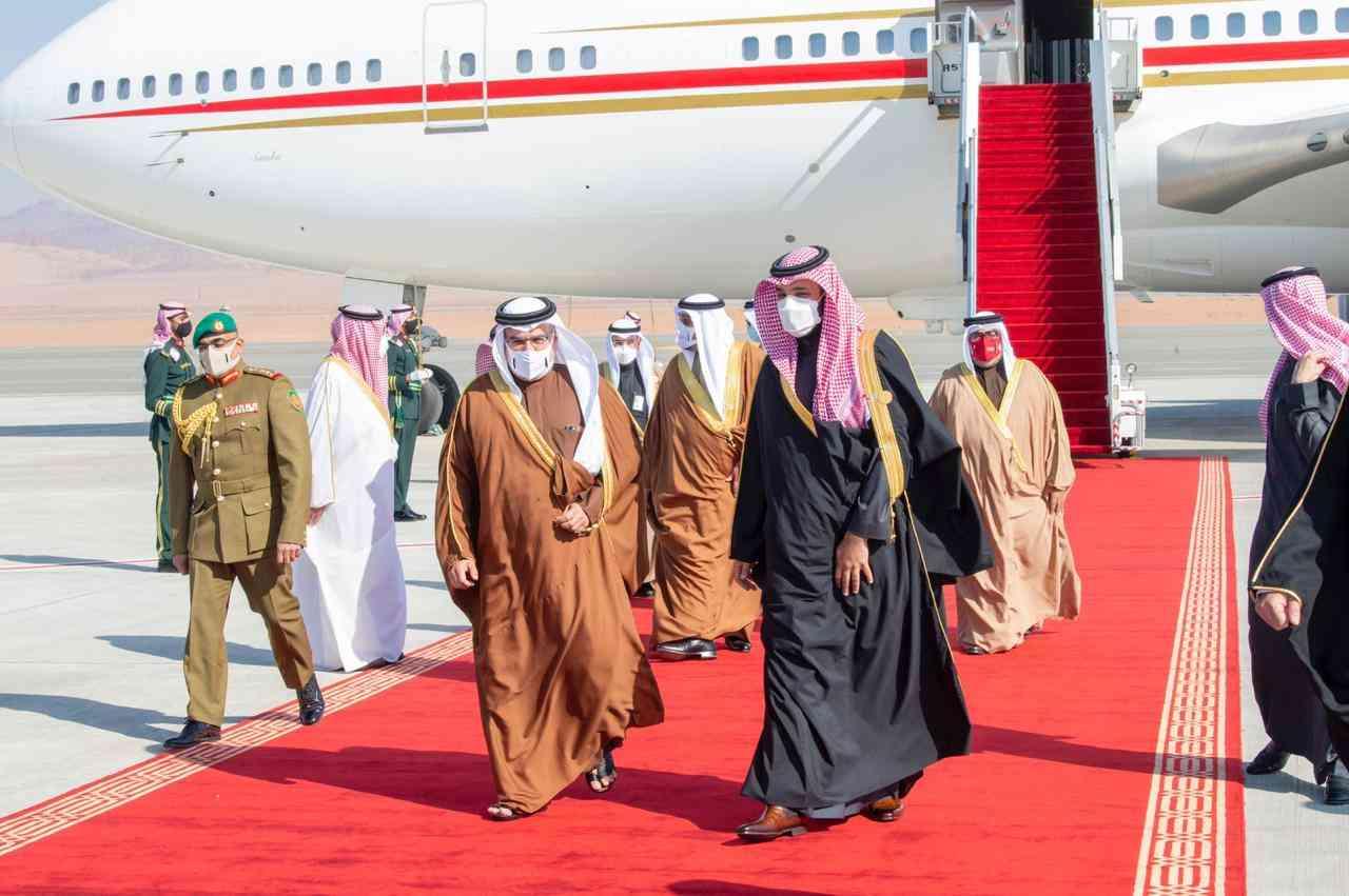 الصورة : ولي العهد السعودي يستقبل ولي عهد البحرين لدى وصوله العلا