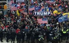 الصورة: الصورة: الشرطة تطالب أعضاء الكونغرس بارتداء أقنعة واقية من الغاز