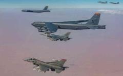 """الصورة: الصورة: تمرين مشترك بين المقاتلات السعودية """"ف15"""" والقاذفات الأمريكية """"بي-52"""""""