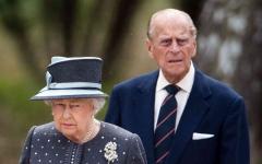 الصورة: الصورة: الملكة إليزابيث وزوجها يتلقيان لقاح كورونا