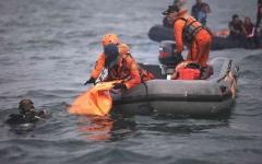 الصورة: الصورة: إندونيسيا تحدد هوية أول ضحية من بين ضحايا الطائرة المنكوبة