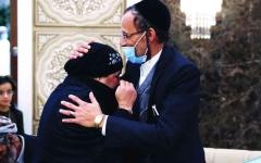 الصورة: الصورة: «دار زايد» تجمع شمل عائلتين يمنيتين يهوديتين بعد فراق 21 عاماً