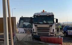 الصورة: الصورة: إصابة 27 شخصاً في حادث اصطدام بين حافلة وشاحنة في جبل علي