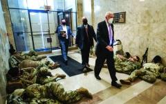 الصورة: الصورة: عملية عزل ترامب تتفاعل.. وتنصيب بايدن تحت حماية السلاح