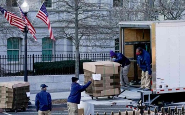 الصورة: الصورة: صناديق كرتونية فارغة تدخل البيت الأبيض لنقل متعلقات ترامب