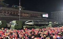 الصورة: الصورة: كوريا الشمالية تستعرض صاروخاً باليستيّاً يُمكن إطلاقه من على متن غوّاصة