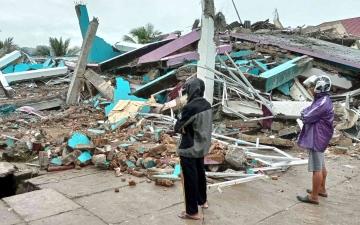الصورة: الصورة: مقتل 35 شخصاً وإصابة المئات في زلزال قوي بإندونيسيا