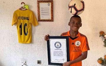 الصورة: الصورة: طفل يدخل موسوعة غينيس لأكثر اللمسات المتتالية من كرة القدم في دقيقة واحدة