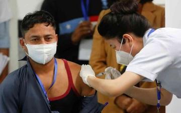 الصورة: الصورة: عامل نظافة أول المتلقين للتطعيم ضد «كورونا» في الهند