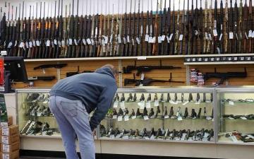 الصورة: الصورة: عدد حاملي الأسلحة في أمريكا يرتفع إلى مستوى قياسي هو الأعلى منذ 23 عاماً
