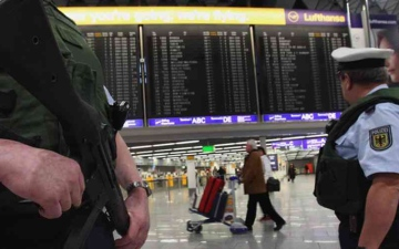 الصورة: الصورة: حقيبة مجهولة تثير الهلع في مطار فرانكفورت وتوقف حركة الطيران جزئياً