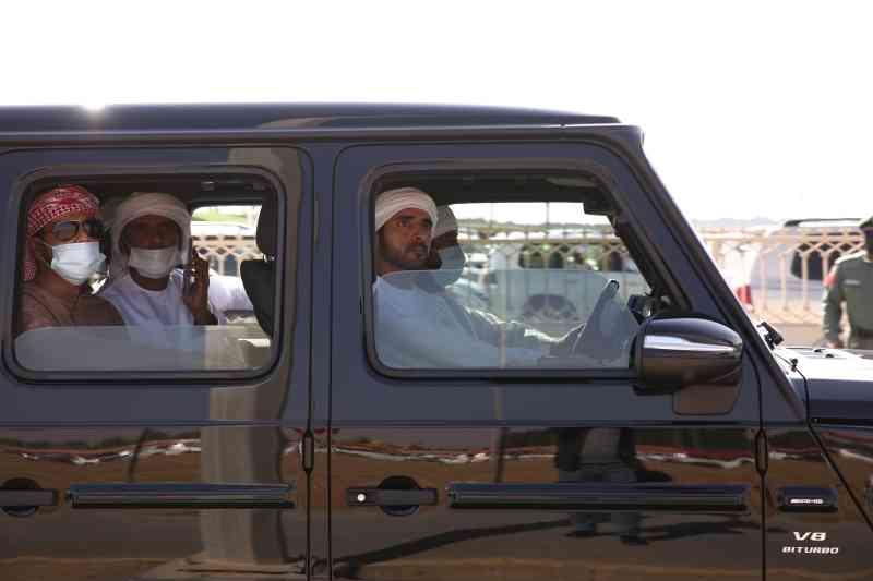 الصورة : حمدان بن محمد خلال متابعته السباقات | من المصدر