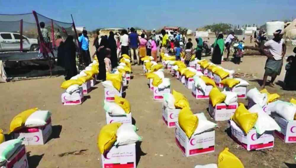 الصورة : فرق الهلال توزّع المساعدات على النازحين البيان