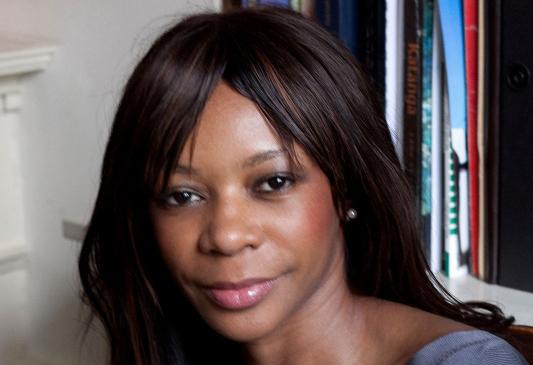الصورة : دامبيسا مويو - خبيرة اقتصادية دولية، ومؤلفة أربعة من كتب نيويورك تايمز الأكثر مبيعاً، منها: كتاب حافة الفوضى: لماذا تخفق الديمقر