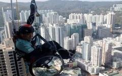 الصورة: الصورة: معاق يتسلق أعلى ناطحة سحاب في هونغ كونغ