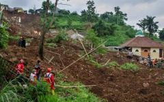الصورة: الصورة: ارتفاع حصيلة ضحايا انهيارين أرضيين في إندونيسيا إلى 40 قتيلا